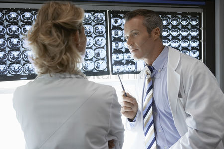 doctors-discussing-brain-scan-images_1890685